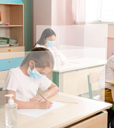 Pantalla separadora para mesas y pupitres de colegios. Mamparas de proteccion para colegios